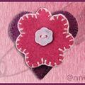 Broche feutrine coeur mauve fleur fushia bouton nacre