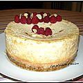 Cheesecake décoré aux framboises et amandes effilées