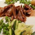 Canard confit, légumes verts croquants et sauce vinaigrée au cacao amer