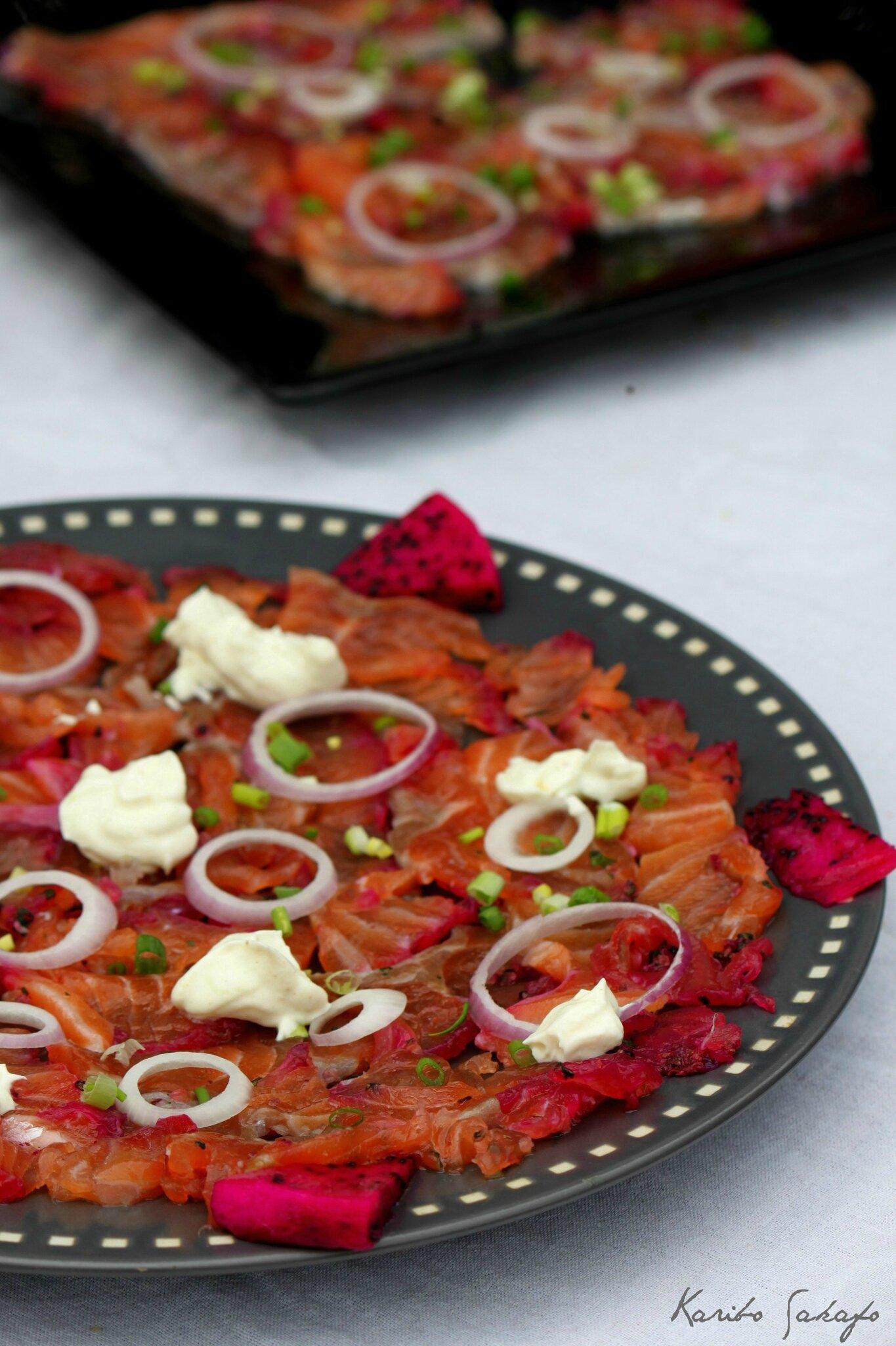 Déclinaisons de carpaccio de saumon gravlax au pitaya rouge
