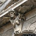 Au dessus d'une porte cochère romaine