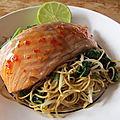 Stir fry de nouilles chinoises et saumon