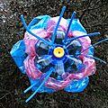 Déchets plastiques valorisation PET - Fleur plastique bleue et rose Ghislaine Letourneur - Objet Art Création recyclage Waste plastic