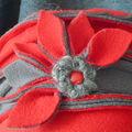 Toque gris rouge fleur éventail (1)