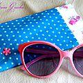 <b>Etui</b> <b>à</b> <b>lunettes</b> en coton turquoise étoilé et doublure fleurie un brin rétro