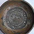 bol Qajar cuivre islamique avec la calligraphie arabe.