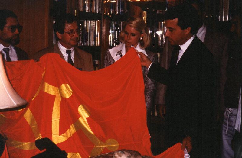 David Walters, gouverneur de l'Oklahoma, découvre le drapeau occitan en août 1991