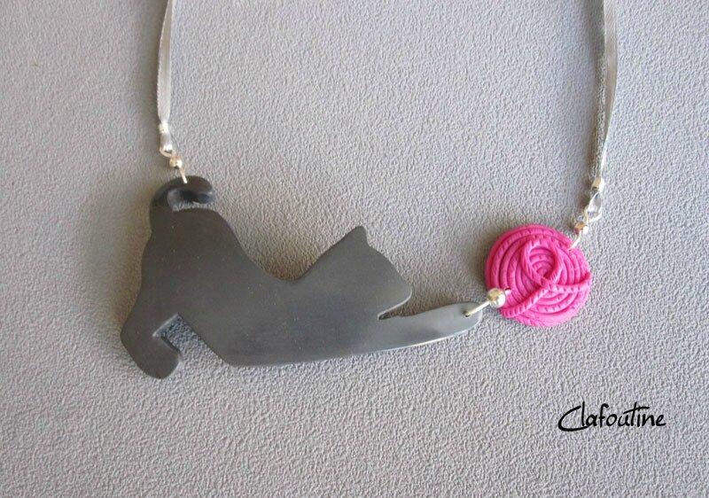 Sur commande: Collier chat gris et pelote rose 24,40€
