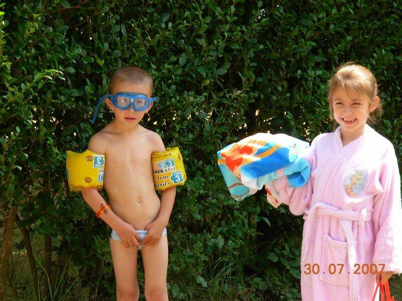Eve et Titouan impatients d'aller à la piscine