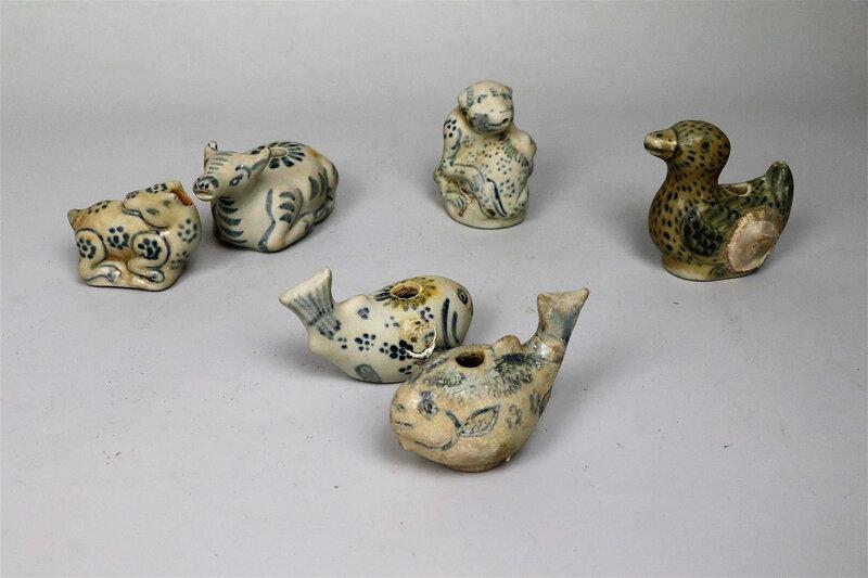 Ensemble de six godets à eau et compte-gouttes en porcelaine bleu blanc, Vietnam, XVème-XVIème siècle