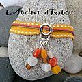 Retour du soleil avec ce <b>bracelet</b> très <b>gai</b> en coton, et ses perles assorties ! Et hop un grand bol de peps !