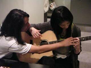 Miwako apprend la guitare
