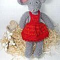 Léontine, une <b>souris</b> <b>grise</b> en peluche bien coquette!