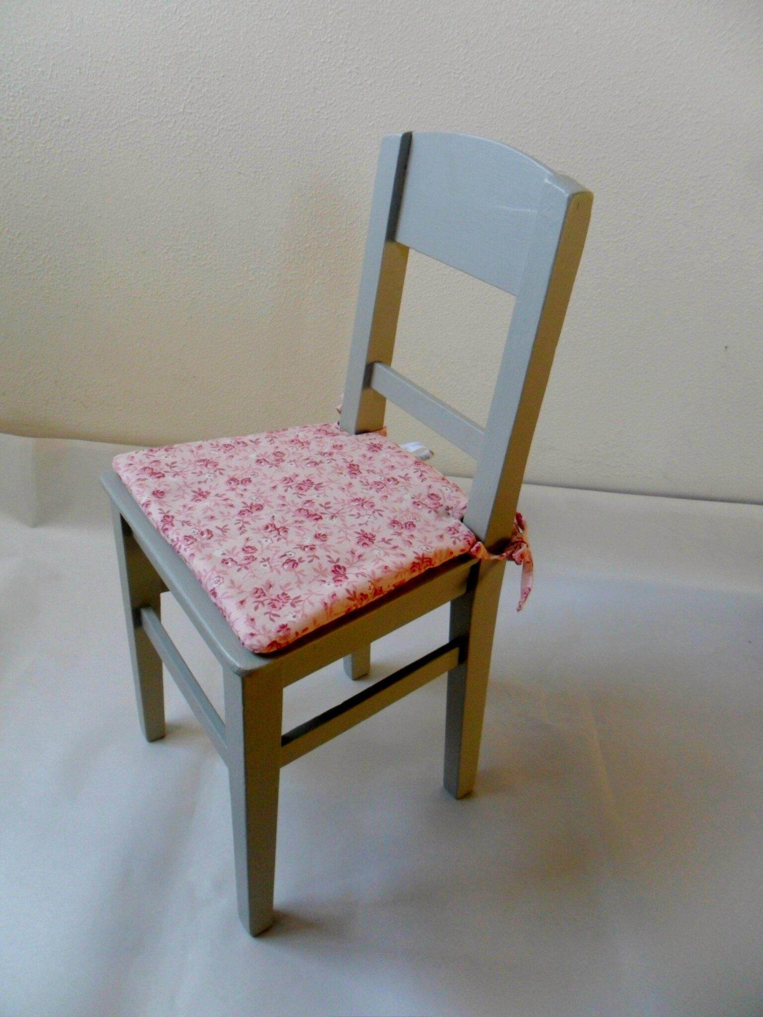 Petite chaise basse pour poupée repeinte et granie d'un coussin sur-mesure 32€