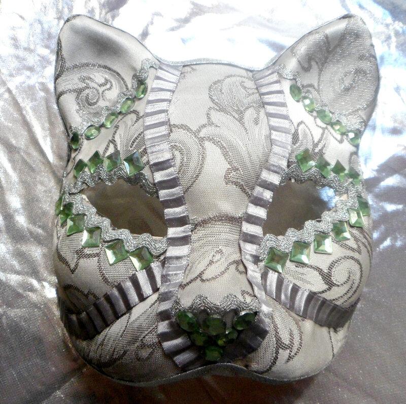 masque argenté avec perles vertes
