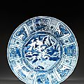 Grand plat en porcelaine et bleu de cobalt sous couverte, dite kraak, chine, dynastie ming, période wanli (1573-1620)