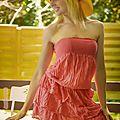 M329 - robe rouge à volants et chapeau