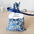 Ballotin à dragées tissu liberty emma and georgina dark blue - ruban bleu marine - mariage & baptême - étiquette papier