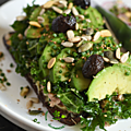 Tartine au thon, chou kale & avocat, petite salade de radis & graines
