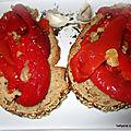 Pain grillé garni de poivrons grillés a l'huile d'olive + ail