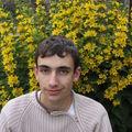 2009 06 16 Cyril devant ses fleurs de Lysimaque punctata