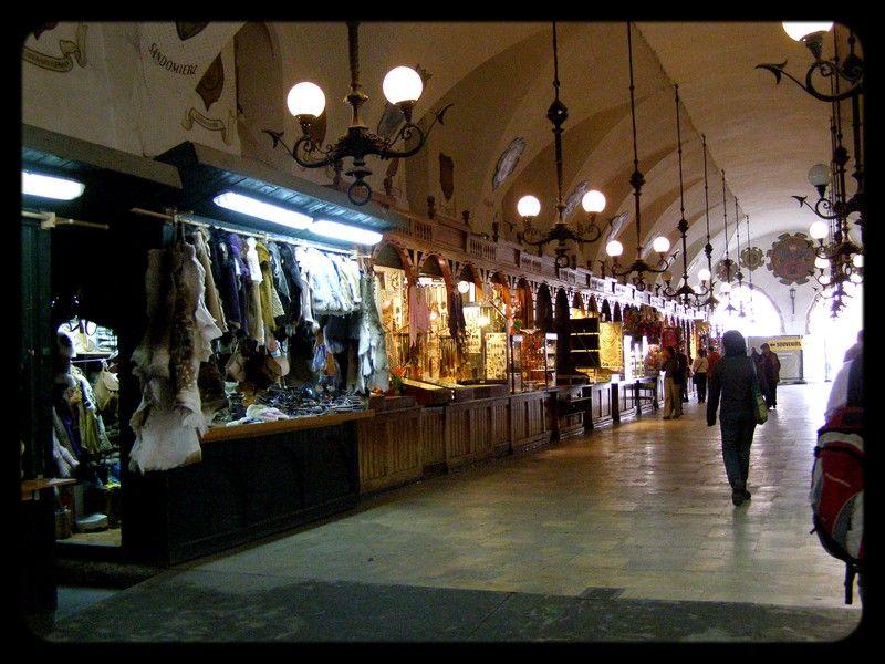 l'intérieur du Rynek où on peut y acheter de l'ambre, du cristal et des objet en bois magnifique