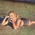1950, <b>Plage</b> - Marilyn en maillot de bain mauve