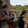Explication de notre guide, devant la Belle Fontaine (qui se trouve dans son dos, derrière les grilles)