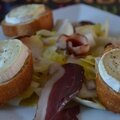 Salade d'automne : endives, magret de canard fumé et chèvres chauds