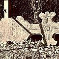 Cimetière de l'église de Vals en Ariege Pierres tombales, crucifix et tombes (0) 800x600
