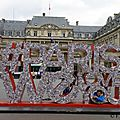 Paris contemporain : l'art contemporain s'expose place du palais royal.