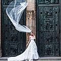 Après le serre-tête, le foulard pour la messe et la mantille… le <b>voile</b> de la mariée ! Qui dit mieux ?