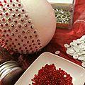 Epingles et perles rouges