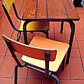Chaises et bureau d'écolier