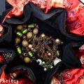Bourse velours noire, intérieur rouge à fleurs soie