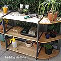 Le bas de l'étagère du jardinier