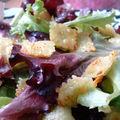 Croustillants de ravioles et salade d'herbes fraïches