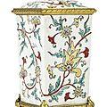 Flacon de forme quadrangulaire en porcelaine . japon, xviiie siècle