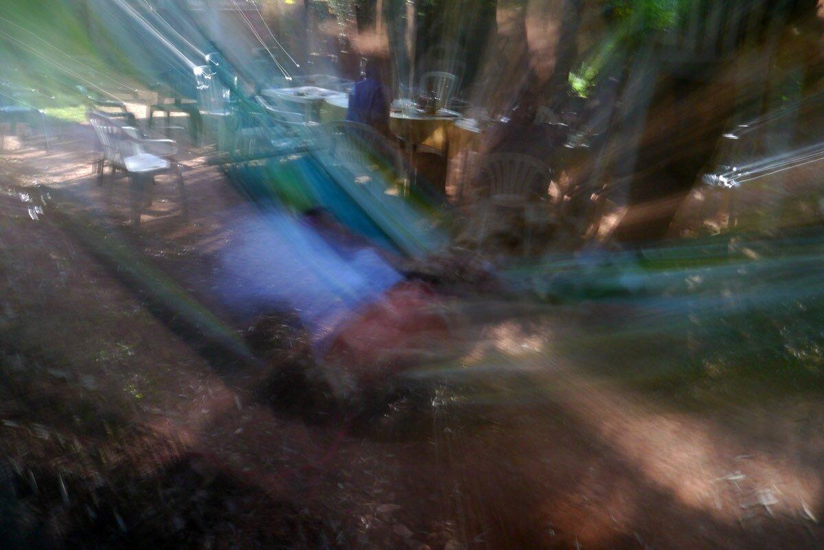 Meret au pays des merveilles dans son hamac