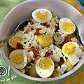 salade hétéroclite : oeufs, pommes de terre, oignons blancs, tomates séchées, féta, olives vertes...