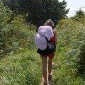 Notre aventurière, dans une forêt de fougères