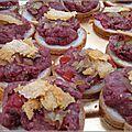 Duo de tapas de boeuf : tartare aux saveurs italiennes, tartines aux aubergines et boeuf grillé