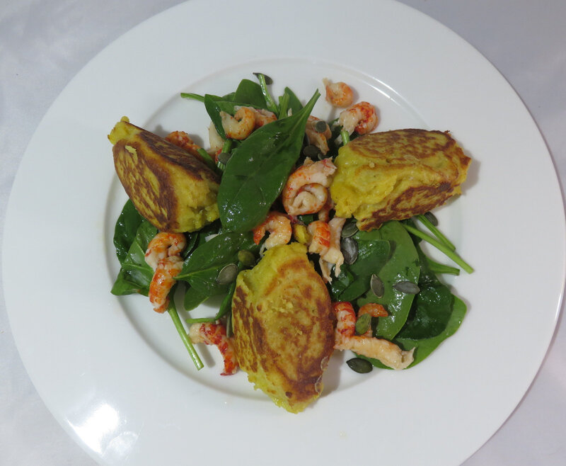 Quenelles au curry poêlées, salade d'épinards aux écrevisses