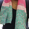 Une écharpe de printemps en tissu.