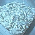 Gateau au citron meringué, décor roses blanches