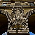 Statuaire de la façade du Louvre.