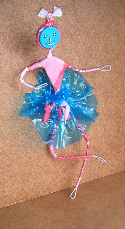 d chets plastique valorisation personnage danseuse en sacs plastiques objet art cr ation. Black Bedroom Furniture Sets. Home Design Ideas