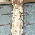 splendide vierge sur le portail de la cathédrale 2