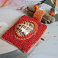 Collier, perles de rocailles, bois flotté et coquillage, couleur rouge et jaune...