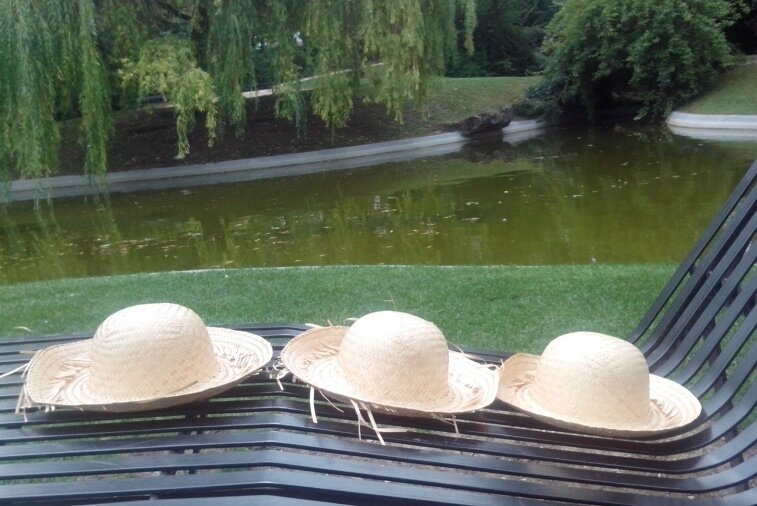 *Chapeau de paille, chapeau de paille, chapeau de paille ...